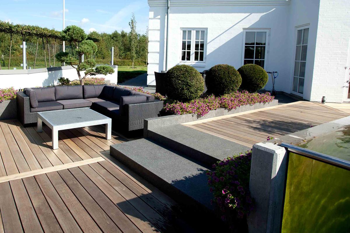 Granittrappe-sort-G684-fører-ned-til-loungeområdet