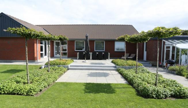 Gårdhave i Esbjerg Nord etableret efter haveplan / havetegning fra Havearkitekt Arne Thomsen
