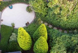 Gårdhave i Ribe med granit- og hårdttræ belægning
